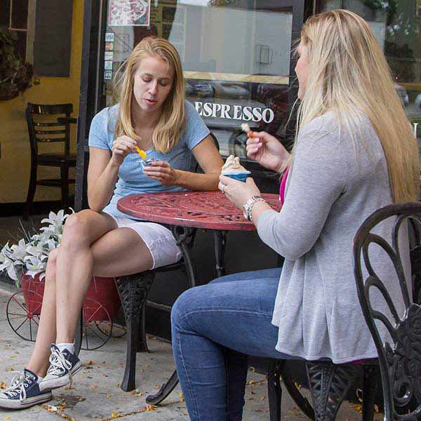Two female students eating at Divino Gelato